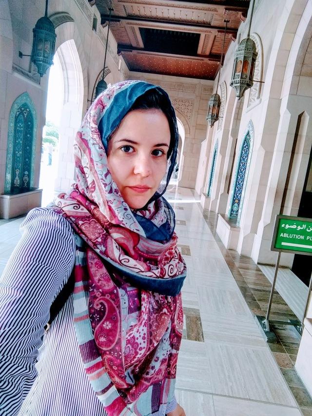 Jeans, camisa e lenço para a Mesquita
